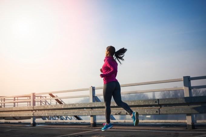 mulher-correndo-manha