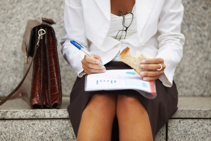 mulher-negocios-sanduiche