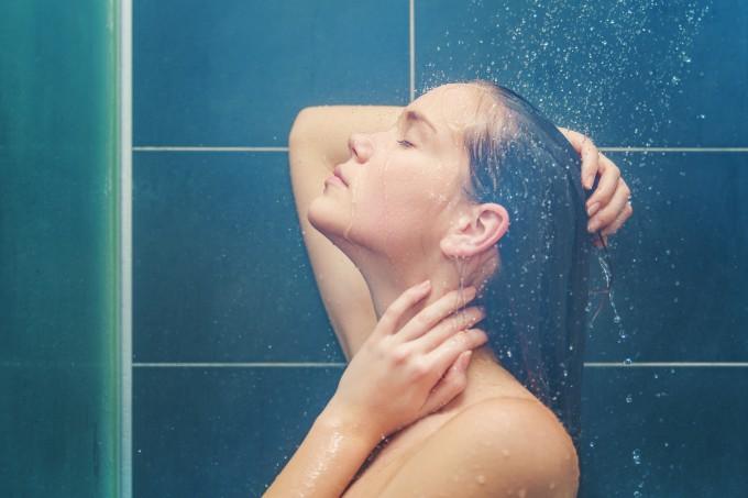 mulher-lavando-cabelo-banheiro