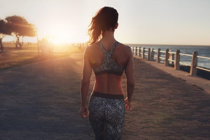mulher-costas-caminhando-calcadao