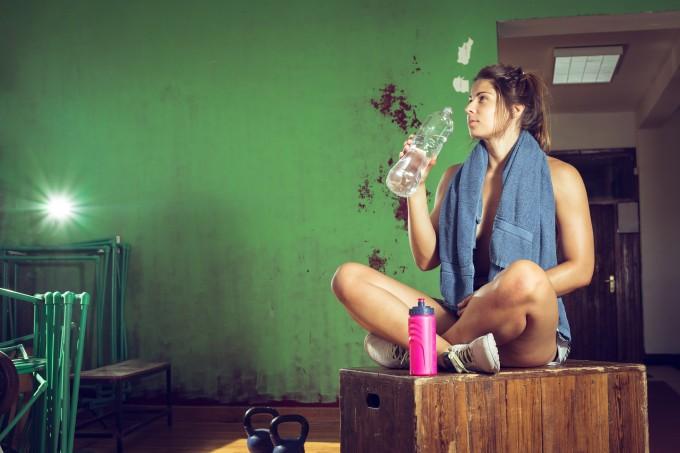 mulher-pos-treino-bebendo-agua