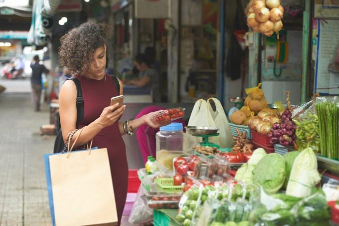 mulher-comprando-vegetais