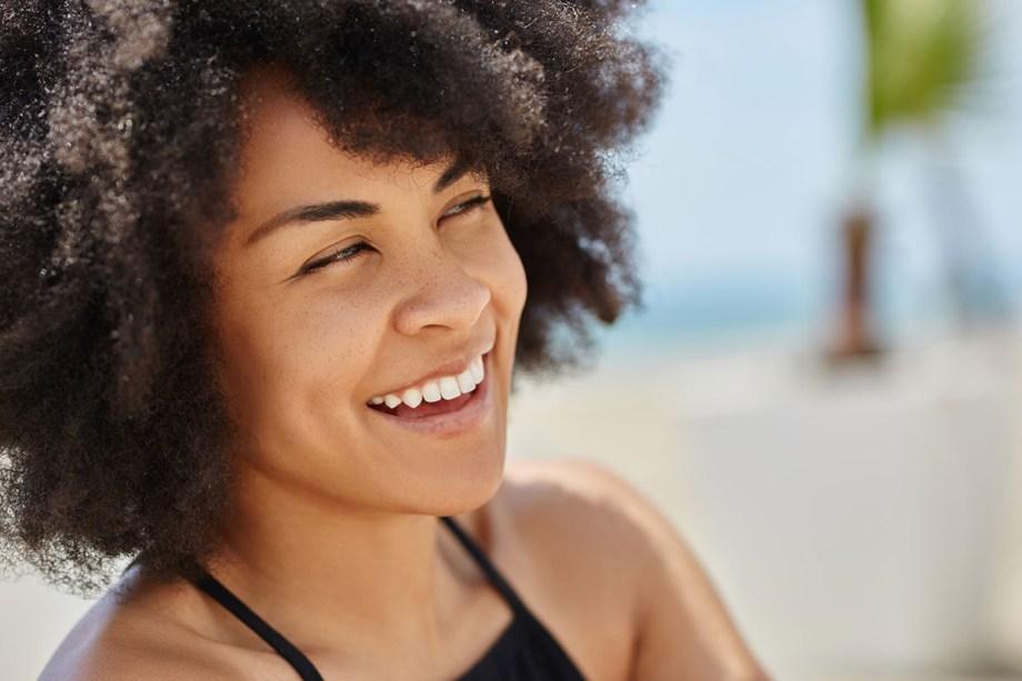 RESSECAMENTO. Sabe quando o cabelo parece sem vida, opaco e com aspecto seco? Tais situações, na maioria das vezes, são reflexos do uso de química e de excessos térmicos, uma vez que os fios perderam a umidade natural.<b></b>