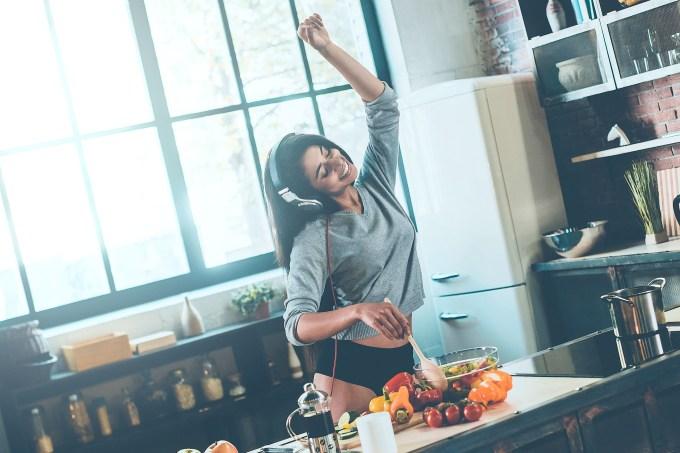 mulher-cozinhando-feliz
