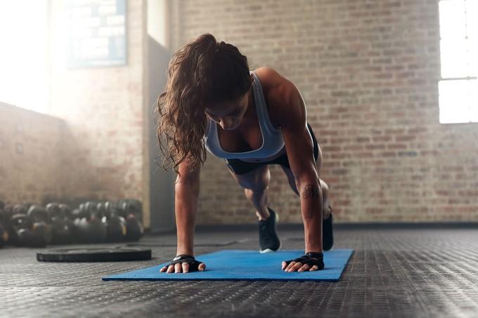 mulher-fazendo-burpee-exercicios