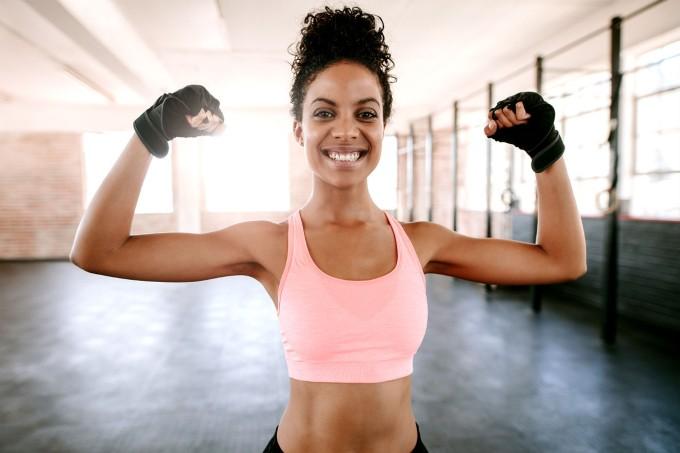 mulher-fitness-feliz-treino