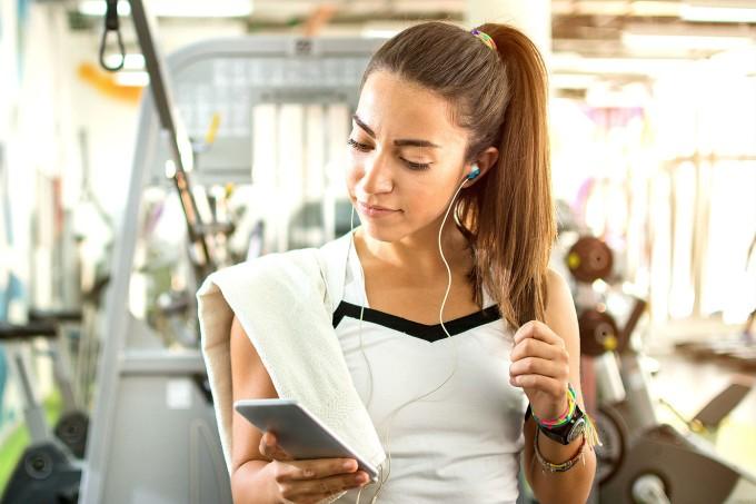 mulher-fitness-usando-celular