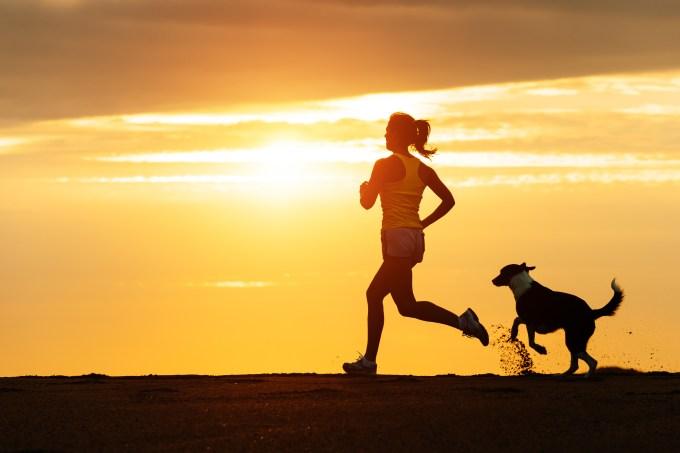 mulher-correndo-por-do-sol-cachorro