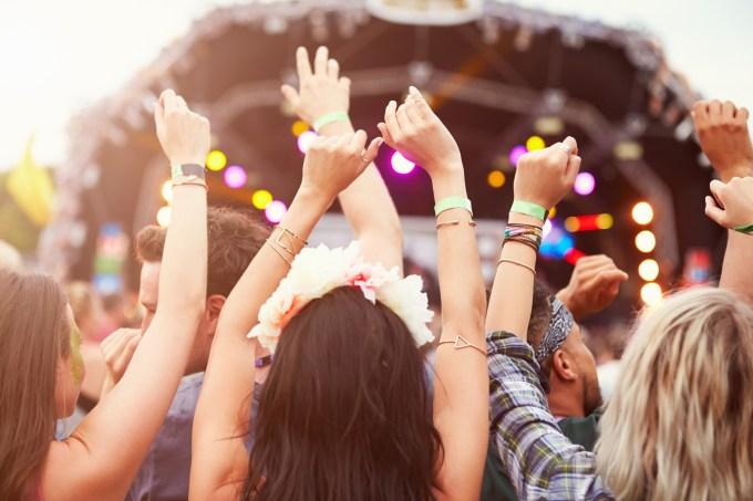 mulheres-assistindo-show-festival
