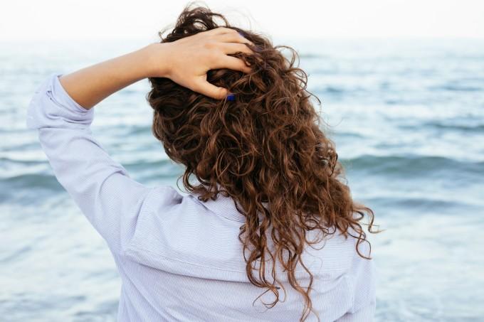 mulher-transicao-capilar-praia