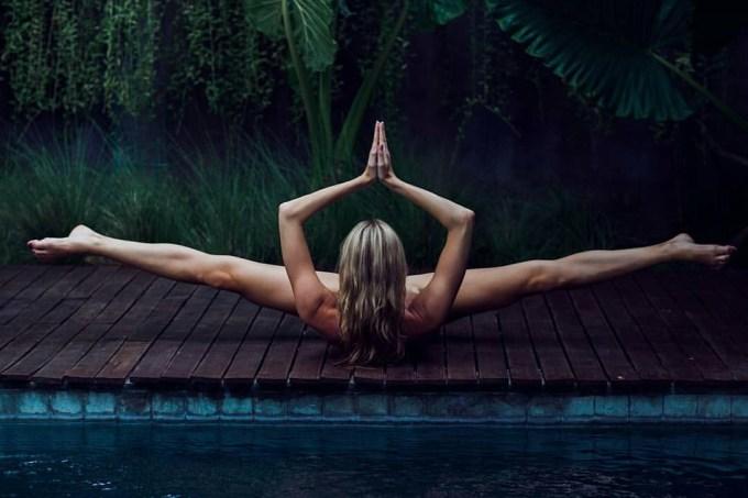 mulher-ioga-pelada