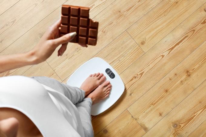 mulher-balanca-chocolate