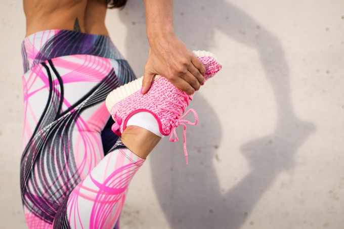 mulher-alongando-perna