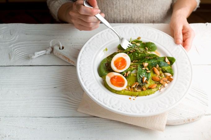 mulher-comendo-salada-ovos