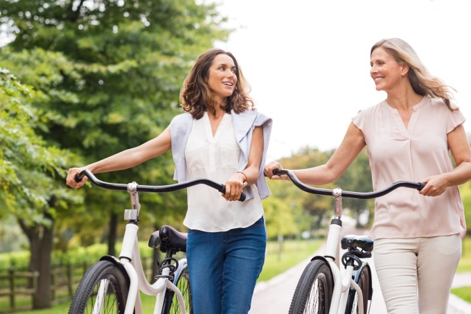 duas-mulheres-parque-bicicleta
