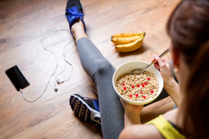 menina-comendo-granola