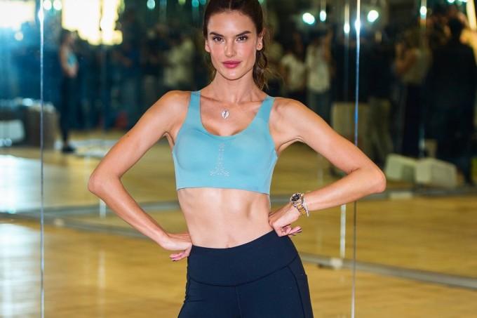 Modelo Alessandra Ambrósio treinando o método da personal Tracy Anderson antes do Victoria's Secret Fashion Show
