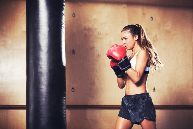 mulher-lutando-boxe