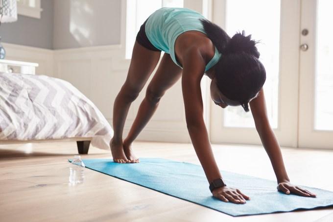 mulher negra alongando ioga quarto exercício