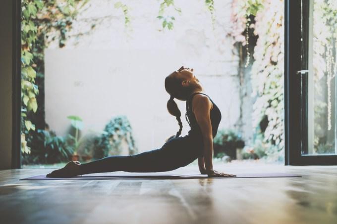 mulher praticando ioga