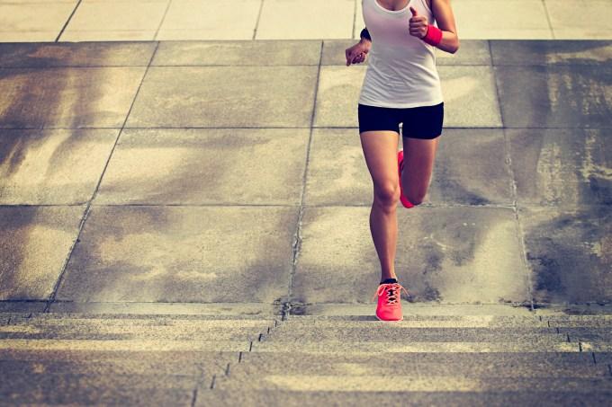 mulher correndo subindo escada