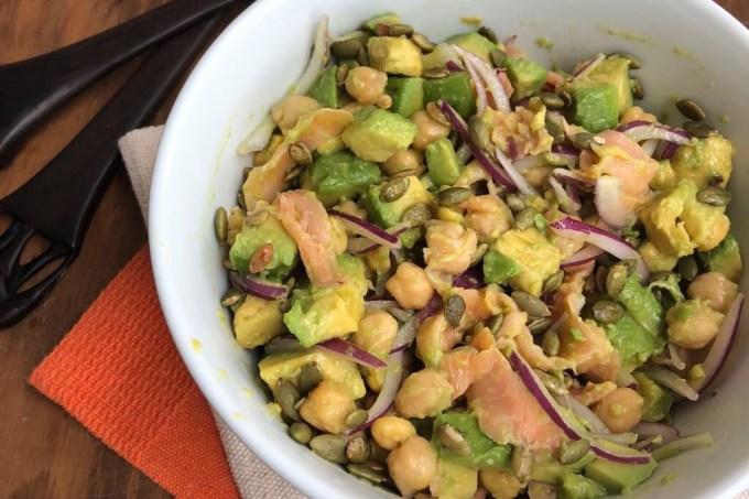 Salada de salmão defumado com abacate