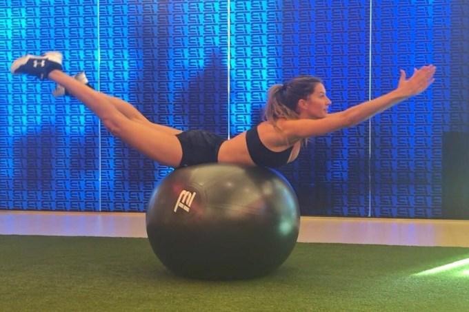 Gisele Bündchen faz exercício na bola