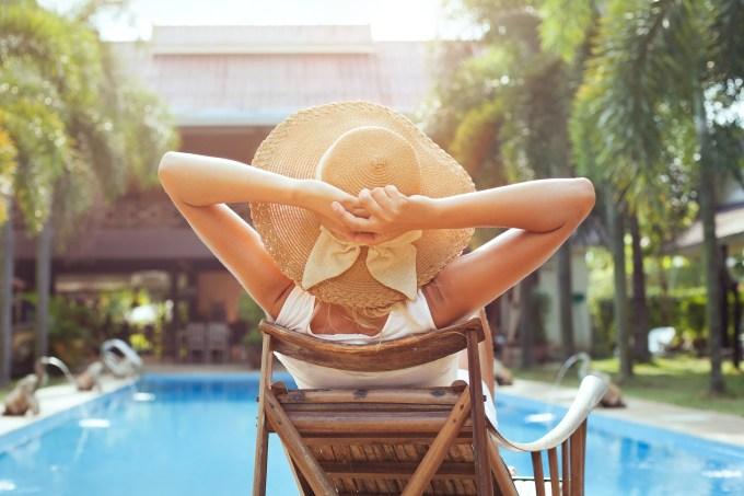 Mulher tomando sol na piscina