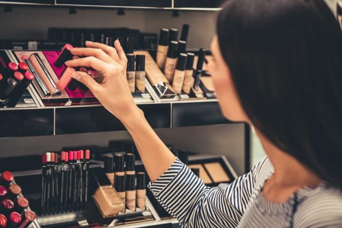 mulher-escolhendo-maquiagem