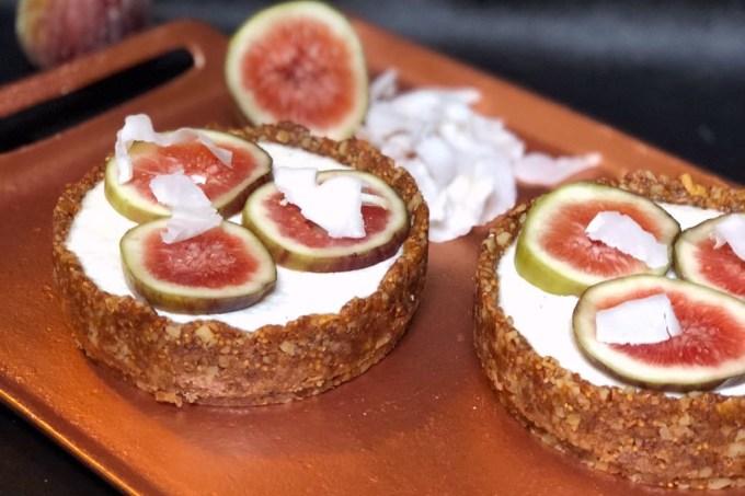 Torta low carb de noz-pecã, coco e figo