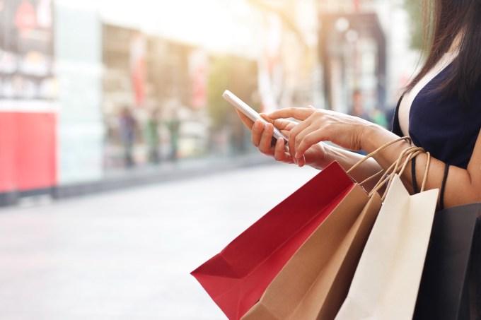 mulher fazendo com sacolas fazendo compras