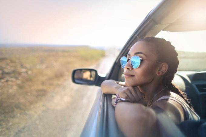 Mulher com óculos de sol