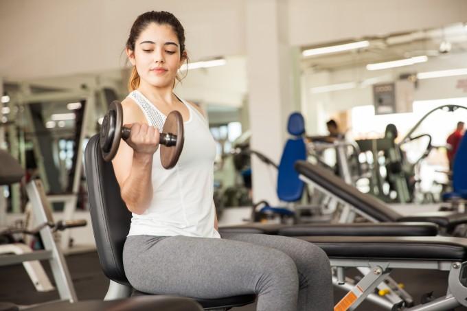 mulher-malhando-bíceps