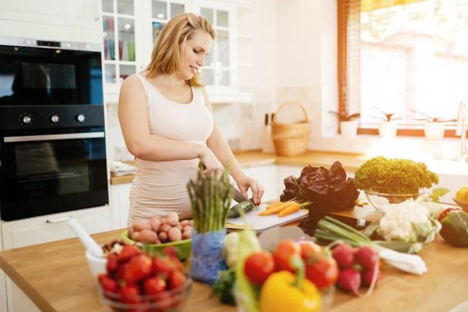 mulher-grávida-cozinhando