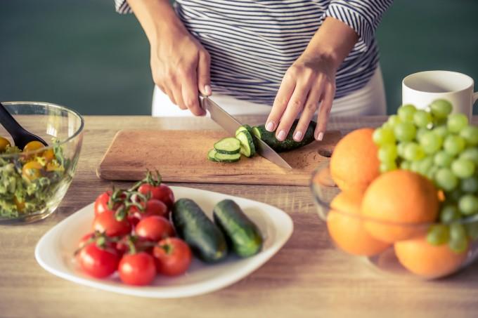 Mulher cortando legumes