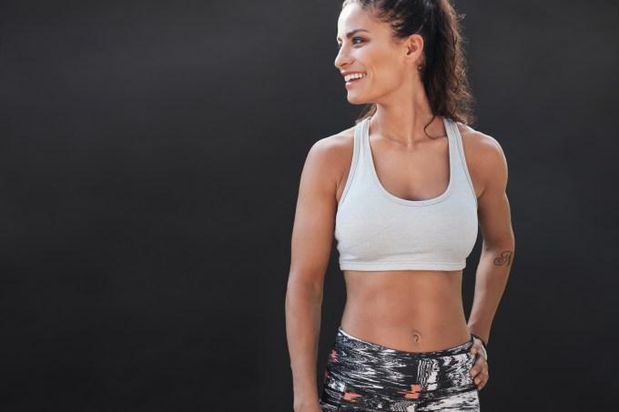 Mulher fitness olhando para o lado