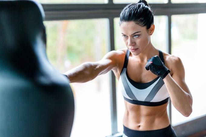 Mulher lutando boxe