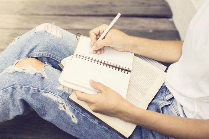 Mulher escrevendo diário