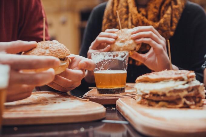 O que comer antes e depois de beber