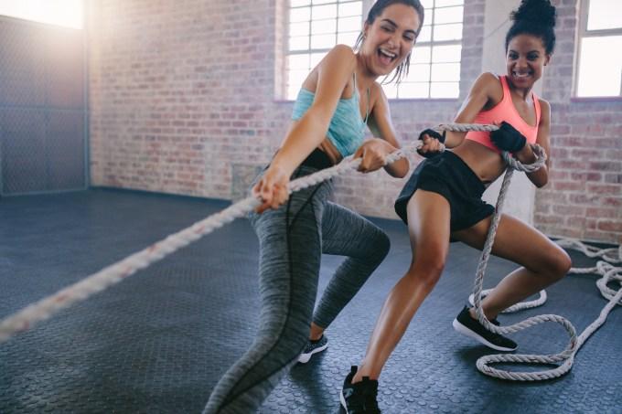 Mulheres treinando com corda naval
