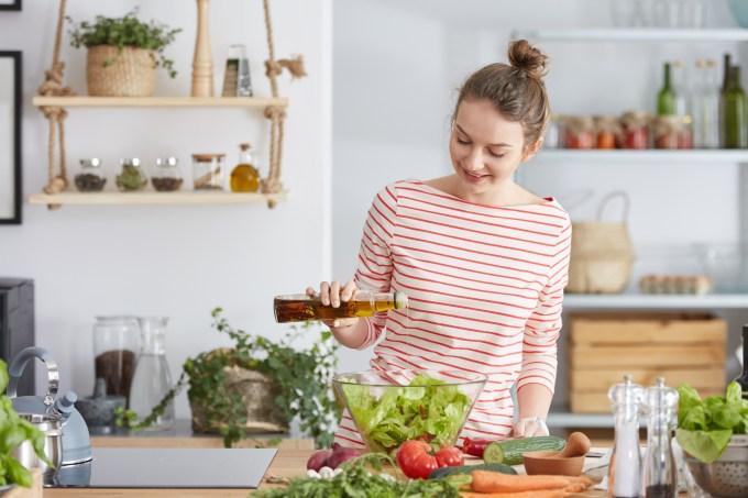 mulher-cozinhando-saudavel