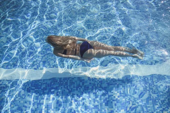 Como tirar o esverdeado do cabelo após entrar na piscina