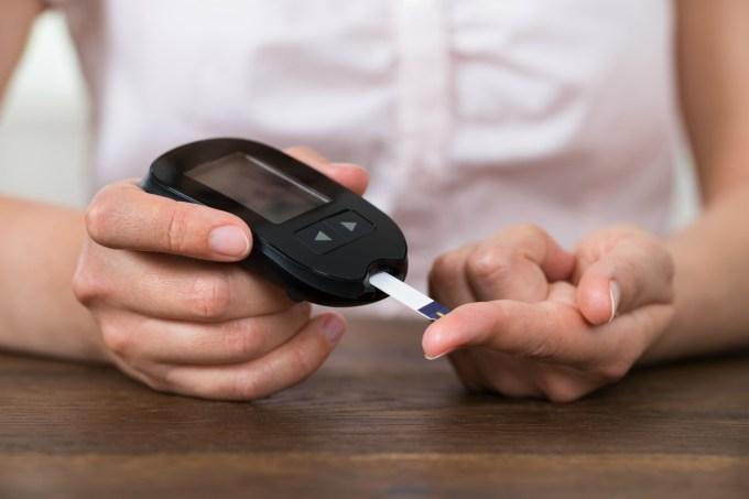 Mulher fazendo teste de diabetes