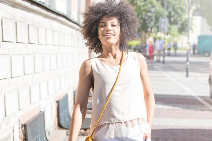 Mulher caminhando na rua no sol