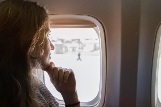3 truques para proteger pele, cabelo e lábios na viagem de avião