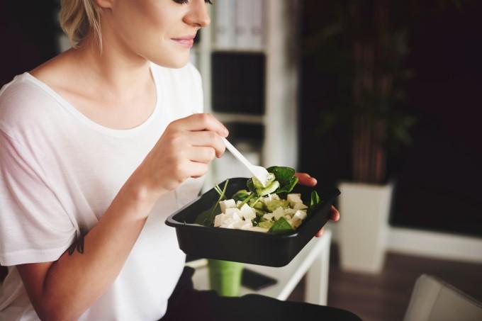 mulher-comendo-salada