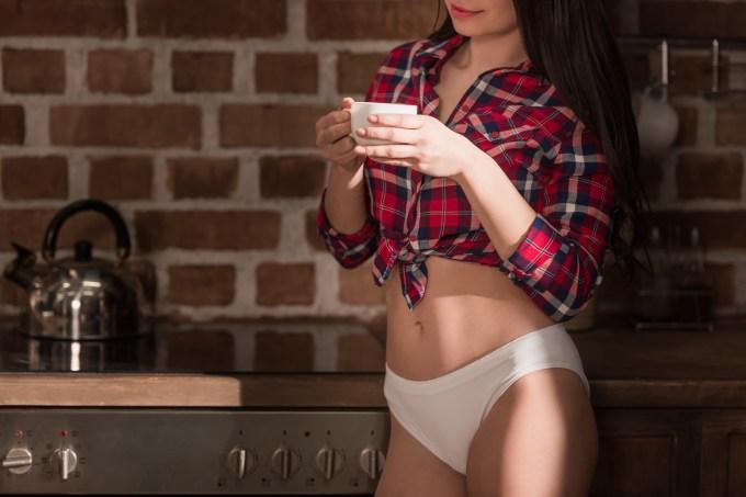 mulher-calcinha-biquini-cafe