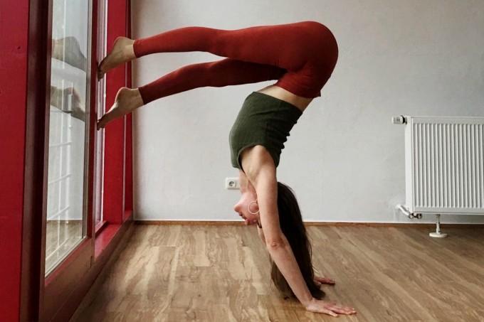 Posição de ioga na parede