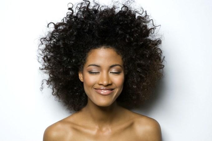 mulher-com-cabelo-cresp-black-power