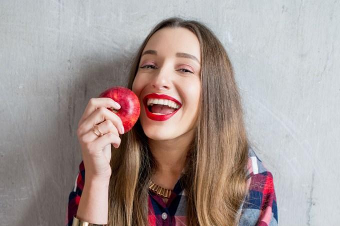 mulher-comendo-maça